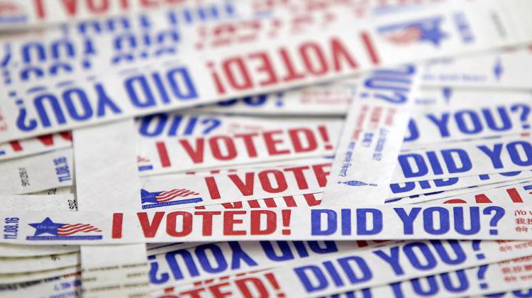 """Des étiquettes """"J'ai voté. Et vous ?"""" sont empilées dans un bureau de vote de Chicago (Illinois), le 31 octobre 2016. (JOSHUA LOTT / AFP)"""