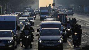 La circulation différenciée, via vignette, est maintenant mise en place dans plusieurs villes de France. (GEOFFROY VAN DER HASSELT / AFP)