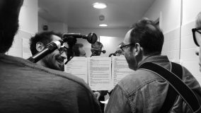 """Yannick Choirat et Hervé Pierre lors de l'enregistrement de la troisième saison de """"57, rue de Varenne"""" -   Crédits : Emilie Couet - Radio France"""