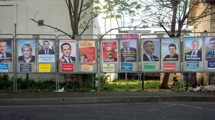 Panneaux d'affichage de la campagne présidentielle 2017 à Pontoise (Ile-de-France). (MAXPPP)