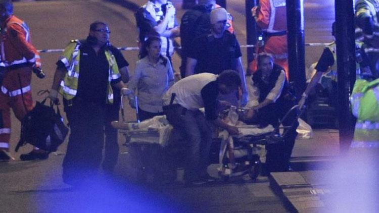 Des officiers de police et des secouristes près du London Bridge après l'attaque, le 3 juin 2017, à Londres (Royaume-Uni). (DANIEL SORABJI / AFP)