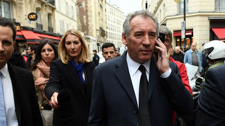François Bayrou au téléphone le 14 mai 2017 à Paris.  (CHRISTOPHE ARCHAMBAULT / AFP)