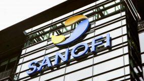 Le logo Sanofi sur la façade d'un immeuble du groupe, à Paris, en 2014. (IMAGE POINT FR / BSIP / AFP)