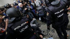 Barcelone, aux abords d'un bureau de vote, le 1er octobre 2017 / AFP