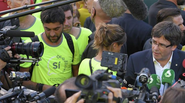 Carles Puigdemont répond aux médias pendant une manifestation en faveur de l'indépendance à Barcelone le 11 septembre 2017