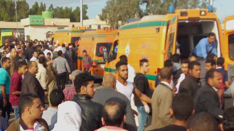 Des ambulances après l'attaque contre la mosquée dans le nord Sinaï egyptien, le 24 novembre 2017. (- / AFP)