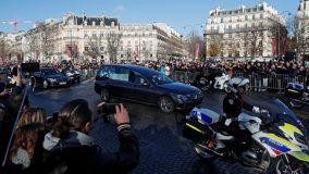 Le cortège funéraire de Johnny Hallyday descend les Champs-Elysées à Paris, le 9 décembre 2017. (GONZALO FUENTES / REUTERS)